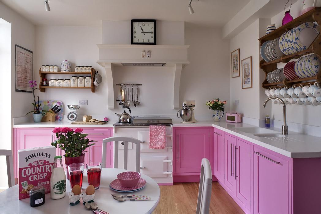 Dekorasi Kabinet Dapur Berwarna Pink