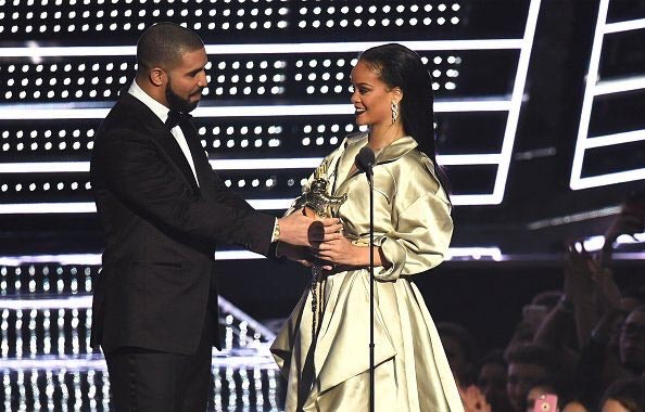 Photos: Drake kisses Rihanna at #2016VMAs as she bags award