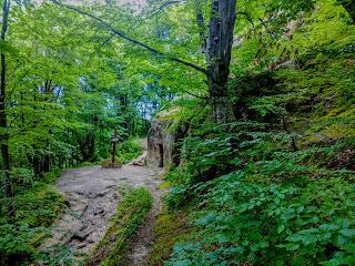 Предгорье Украинских Карпат.  Пещерный монастырь в Розгирче