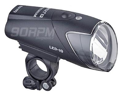 Visione d'insieme del faro da bicicletta Ixon Iq Premium con supporto di fissaggio al manubrio inserito