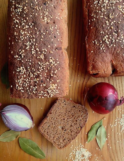 Chleb orkiszowy z cebulką i ziołami / Spelt Bread with Onion and Herbs