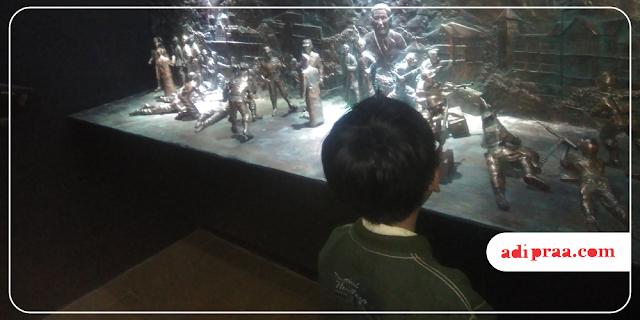 Anak lanang melihat diorama | adipraa.com
