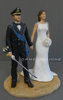 statuette cake topper in divisa con spada e fascia azzurra orme magiche
