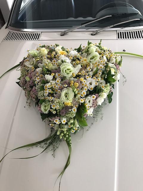 Autoschmuck Blütenherz, Hochzeit in Gelb, Sommer, Sonne, Natur, Sommerhochzeit am See in den Bergen, Riessersee Hotel Garmisch-Partenkirchen, Hochzeitsplanerin Uschi Glas