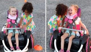 Κοpιτσάκι βοηθάει την ανάπηρη φίλη του να χρησιμοποιήσει το νέο αναπηρικό της αμαξίδιο και όλο το Ίντερνετ συγκινείται