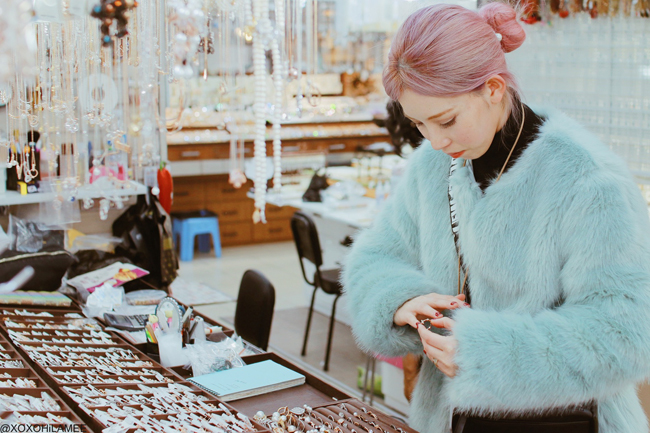 fashion blogger,MizuhoK, buy an accessory on the go with ili in South Korea