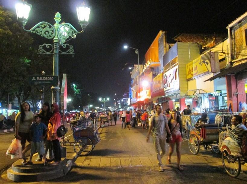 Ide dan Tempat Wisata Malam Di Yogyakarta yang Wajib Dikunjungi  jalan malioboro