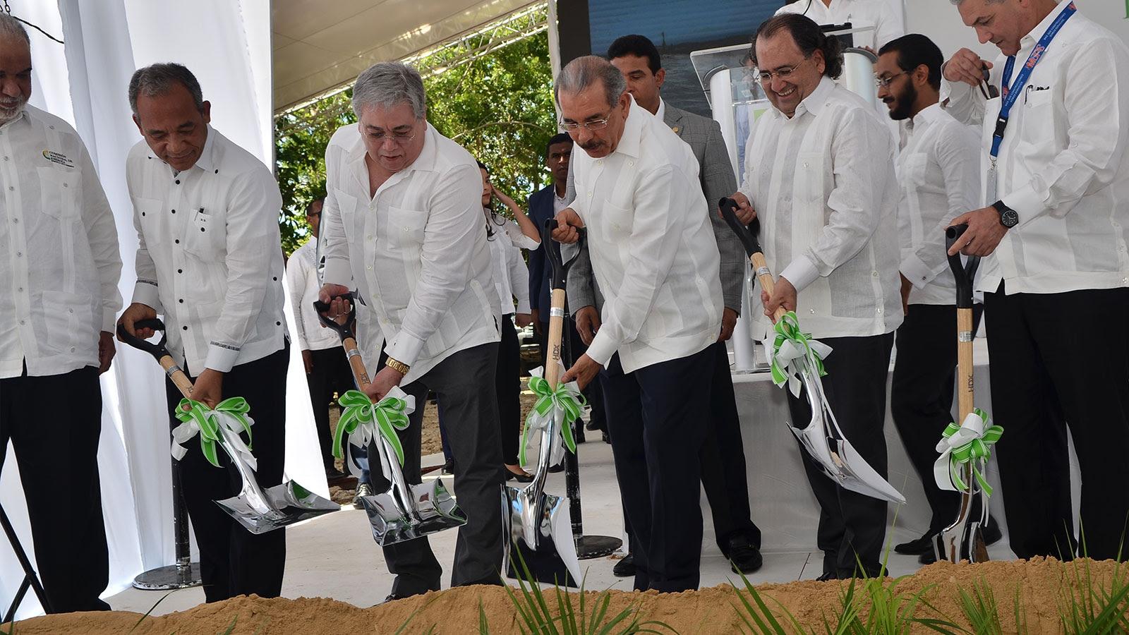 Danilo Medina da primer palazo construcción parque eólico Los Guzmancitos en Puerto Plata