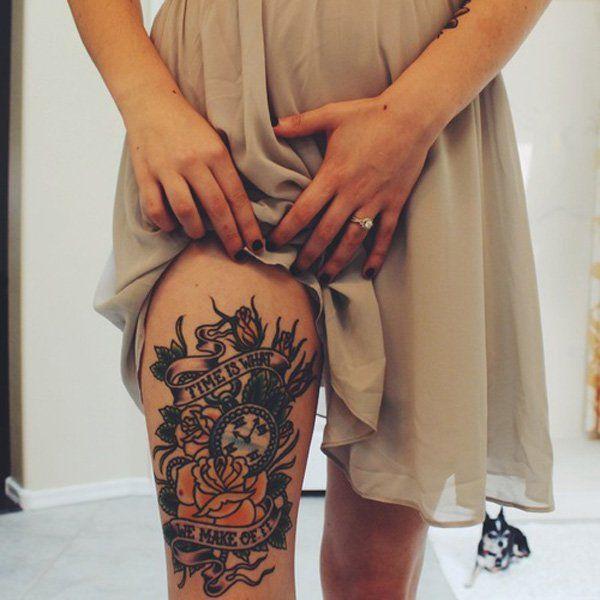 chica se levnta el vestido para enseñar un tatuaje en su perna de relog de bolsillo con rosas