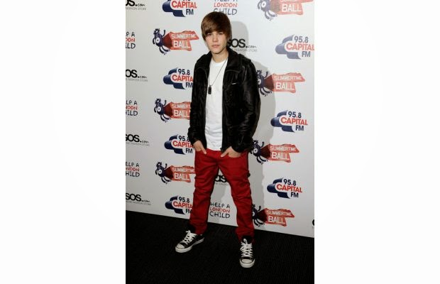 68e64333e9ed Justin Bieber is seen wearing Chuck Taylor Converse All Star shoes in  London (complex pic)