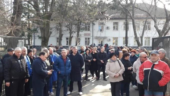 Protest în faţa spitalului din Poiana Mare
