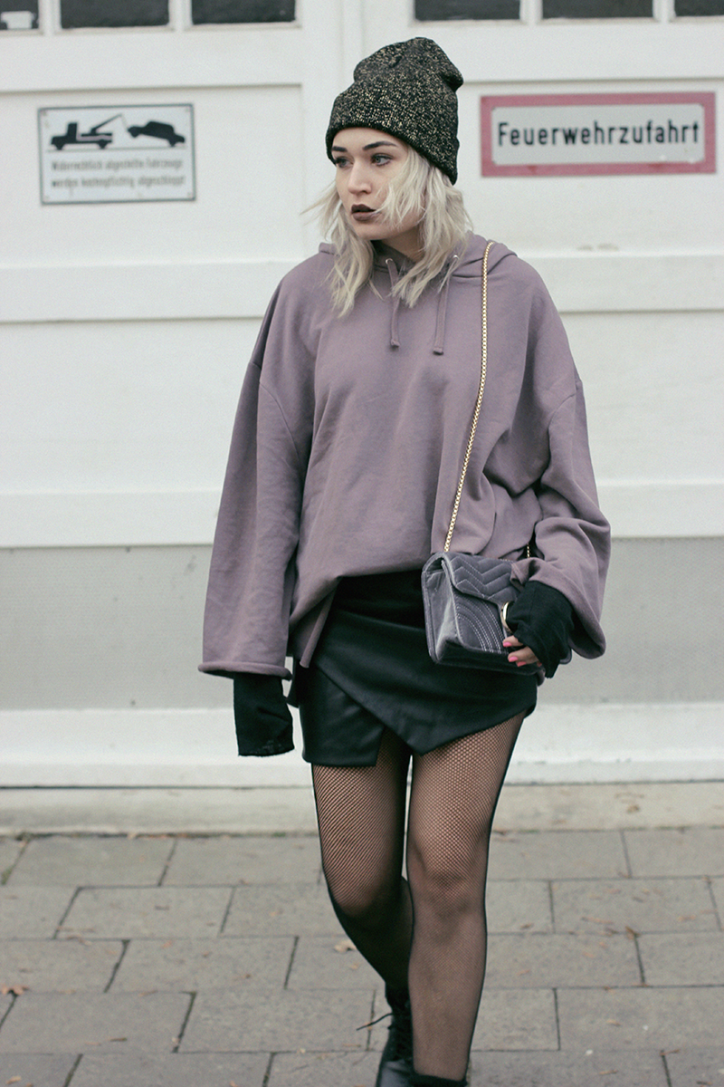 ASOS-Hoodie-Sweater-Fishnet-Mesh-Tights-ootd-outfit-Look-Streetstyle-Blogger-Blog-Modeblog-Fashionblog-Bloggerstyle-Munich-Muenchen-Lauralamode-Deutschland