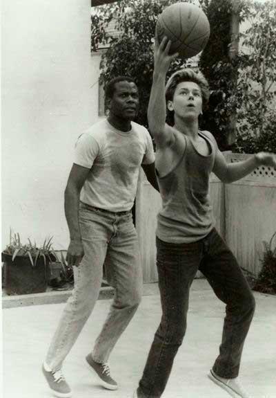 """River Phoenix and Sidney Poitier en el set de """"Espías sin rostro"""" (1988)"""