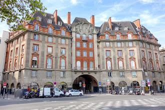 Paris : Carrefour Curie, un ensemble architectural d'inspiration Louis XIII, quai de Conti, dans le prolongement du Pont Neuf - VIème