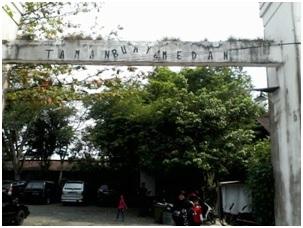 Gerbang utama pintu masuk Taman Buaya Medan