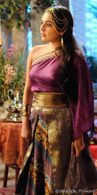 Betania (Marcela Barozzo) figurino vestido roxo de noiva em Os dez mandamentos