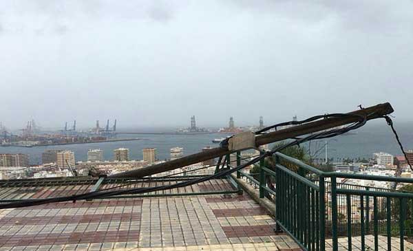 Un poste de alumbrado público cae en la calle Rafael Mesa y López, Las Palmas de Gran Canaria