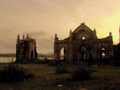 Iglesias abandonada al atardecer
