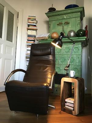 Stehlampe aus geschnitztem Objekt und alter Atelierlampe