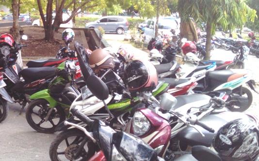 Tempat Parkir Motor Di Kantor Bupati, Tidak Aman lagi, Helm Sering Hilang