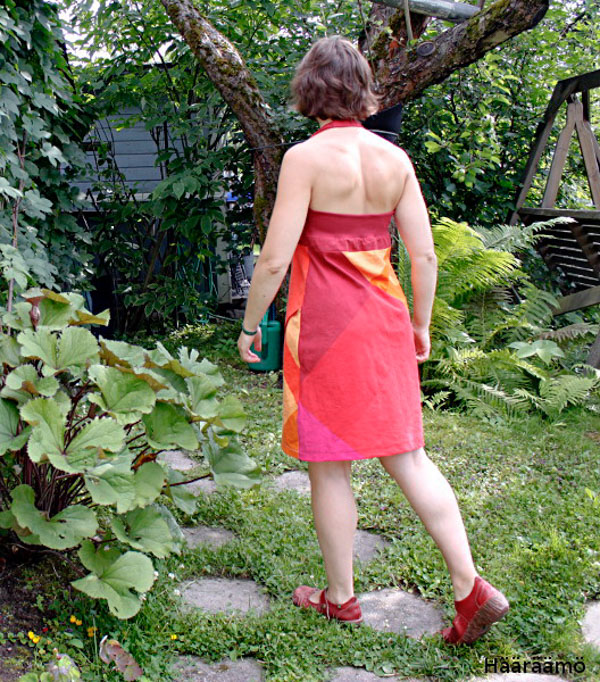 Halterneck-mekko takaa