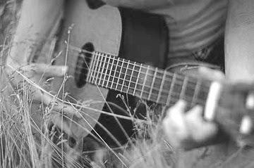 Với cây đàn guitar cũ
