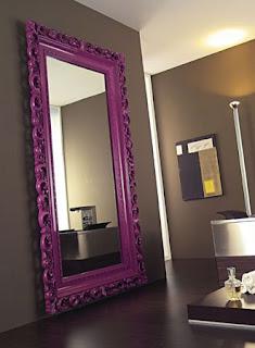 Baročno razkošje v notranji opremi stanovanja ali hiše. Ogledalo.