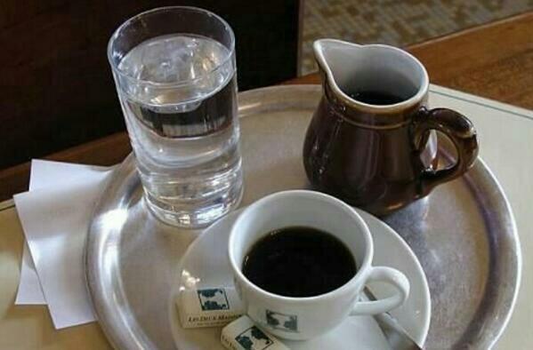 هل تعلم لماذا يتم تقديم كأس الماء مع الشاي أو القهوة – سبب لن تتوقعه