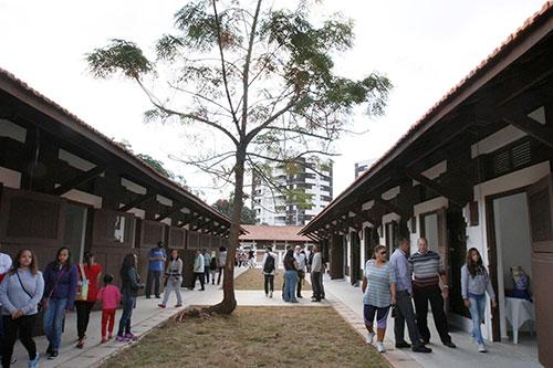 Cocheiras do do Parque Chácara do Jockey que abrigam exposições e espaços culturais