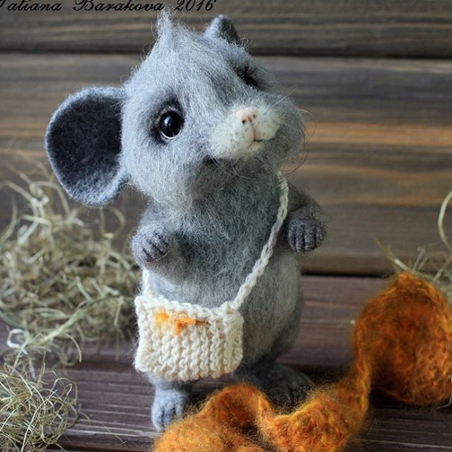01-Mouse-with-Bag-Tatiana-Barakova-Татьяна-Баракова-Plush-little-Animals-made-of-Wool-www-designstack-co