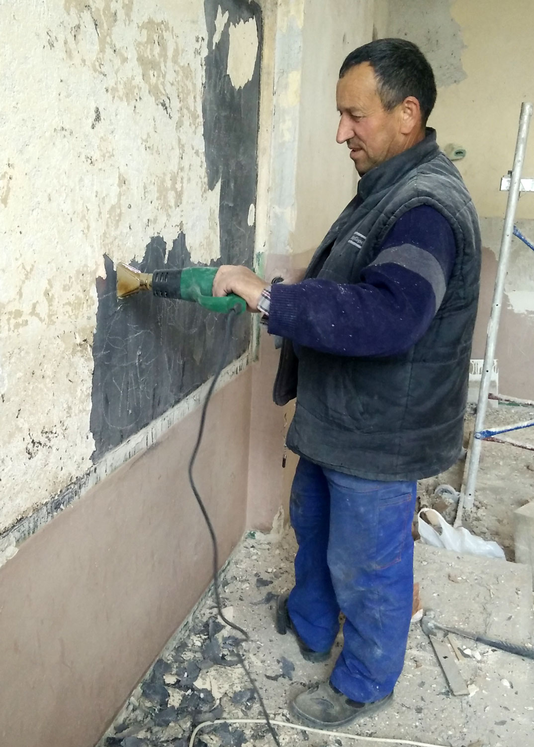 Old school in bulgaria back to work for Heat gun to remove paint