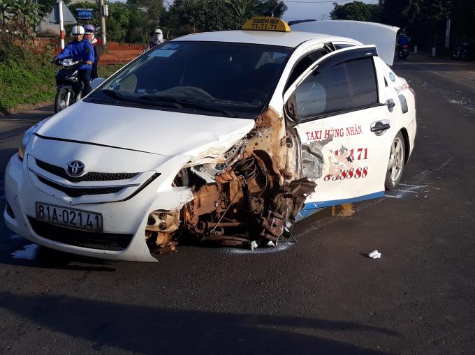 Xe Taxi Hùng Nhân Gia Lai chở 300kg pháo lậu gây tai nạn nghiêm trọng