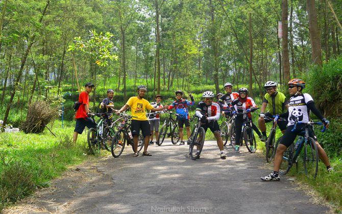Rombongan berkumpul; sebagian pulang, dan sebagian lagi baru mau naik ke Klangon