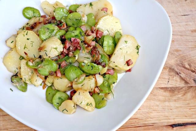 Sałatka z bobu, młodych ziemniaków i boczku