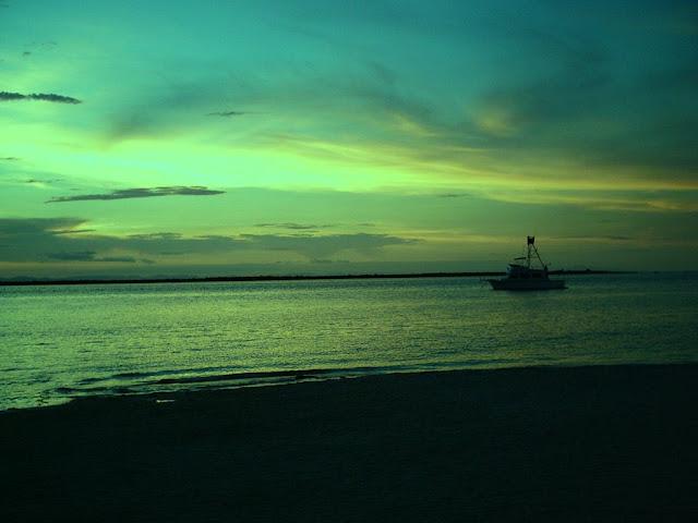 O infinito Fica bem lá Onde o verde mar Encontra o céu azul  Pra lá do infinito Bem além dele Fica a eternidade  Tão longa é a espera...