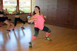 Maria de 1000FITMEALS impartiendo una clase dirigida de baile