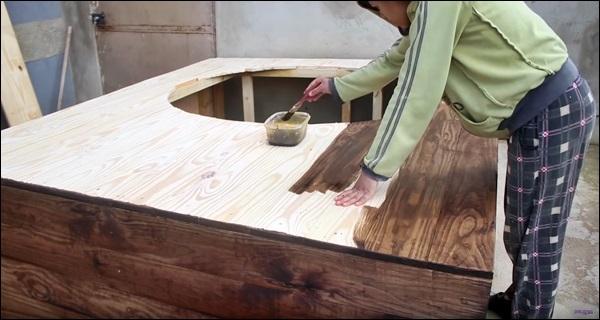 passando verniz na madeira