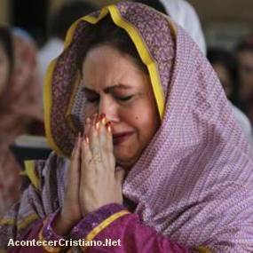Mujer cristiana orando en Pakistán