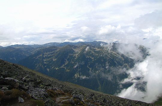Zachodnie szczyty Riły za doliną rzeki Beli Iskar (bułg. Бели Искър).