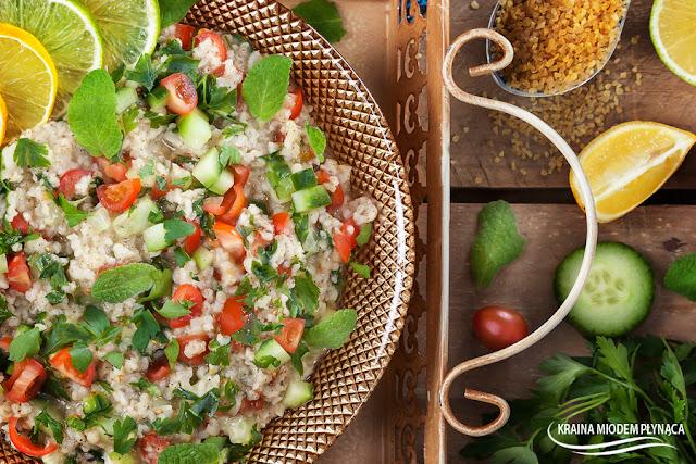 sałatka tabbouleh, libańska sałatka, sałatka z kaszą bulgur, lekka sałatka, pożywna sałatka, kasza bulgur, sałatka z warzywami, sałatka warzywna, miodowy dressing, dressing do sałatki, kraina miodem płynąca