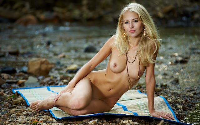 Обнаженная, светловолосая, девушка, волосы, взгляд, грудь, тело, ножки, поза, сидит, берег, камушки, речка