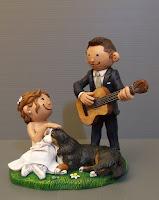 sposi simpatici sposo serenata cake tops cartone animato cagnolino nozze orme magiche