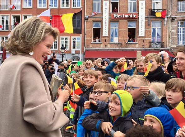 Queen Mathilde wore Natan dress, Prada leather flats and Tikli Jewelry gold diamond earrings. Queen visited the Wissekerke Castle within the Kruibeke municipality