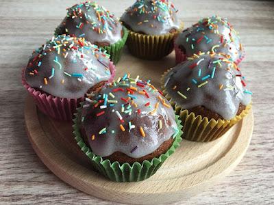 Muffiny piernikowe z lukrem i posypką