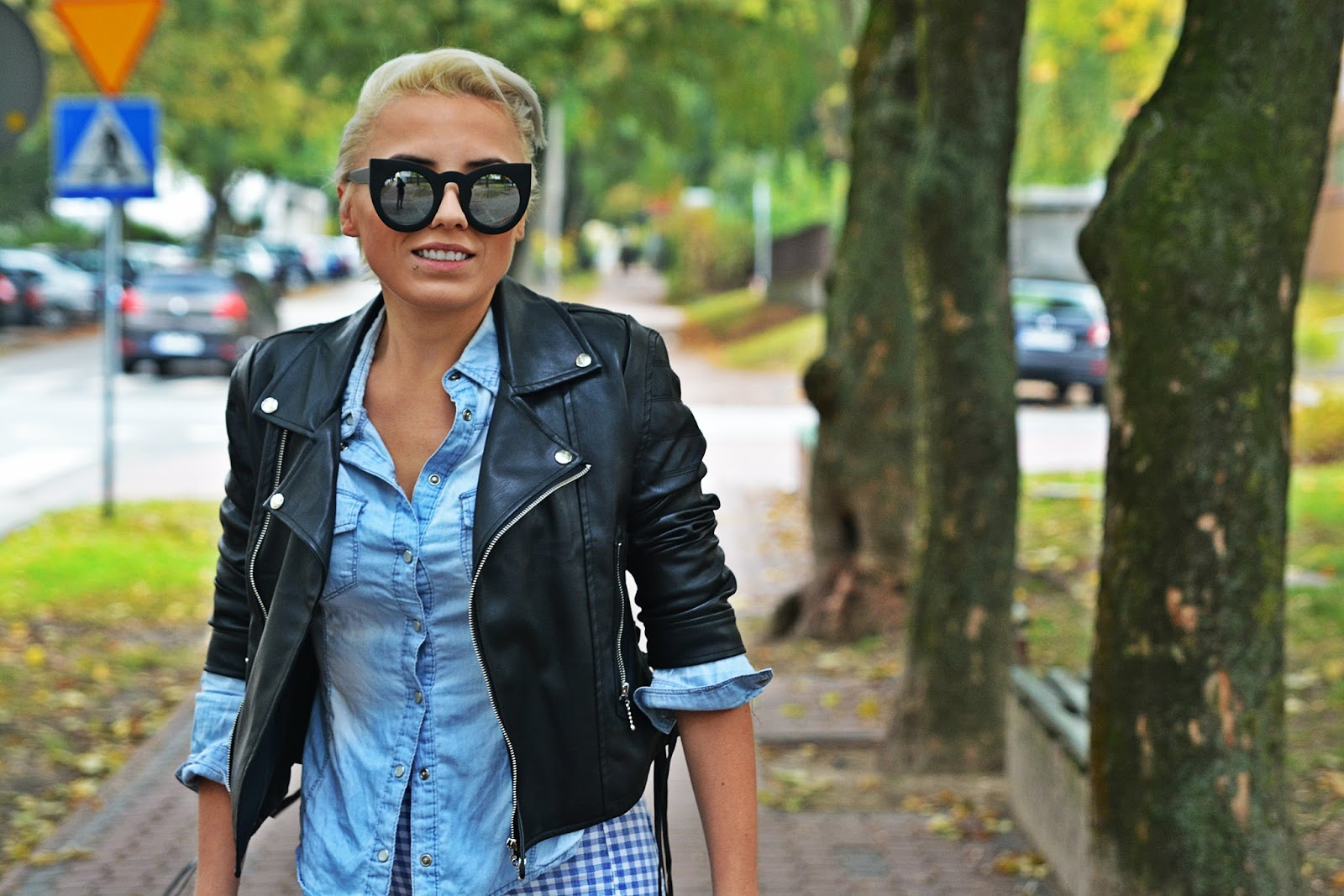 niebieskie_spodnie_ramoneska_czarna_kocie_okulary_1124
