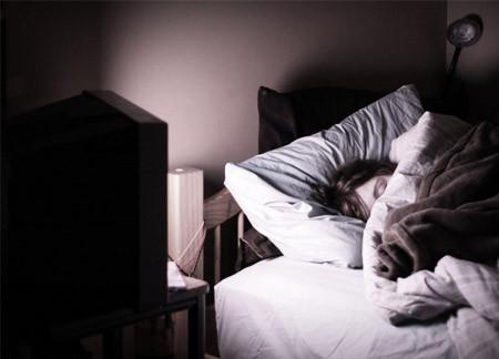 Bahaya Tidur Dengan TV Menyala atau Sambil Mendengarkan Musik