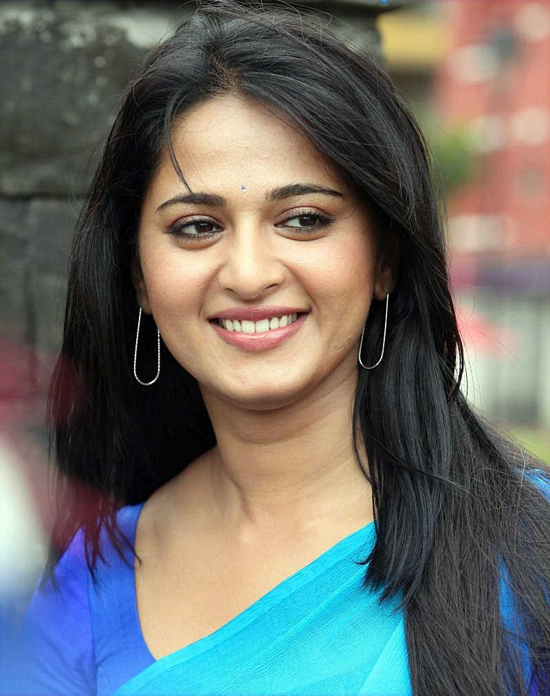 Girl In Saree Hd Wallpaper Anushka Shetty South Actress Beautiful Stills