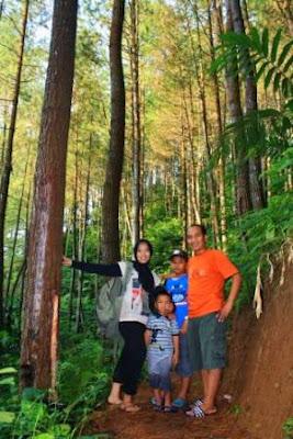 Hiking bersama keluarga di alam terbuka.
