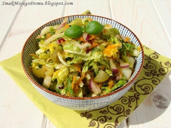 Sałatka z kapusty pekińskiej, korniszonów i marchewki