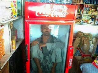 Gambar unik dp bbm lucu tidur di kulkas coca cola